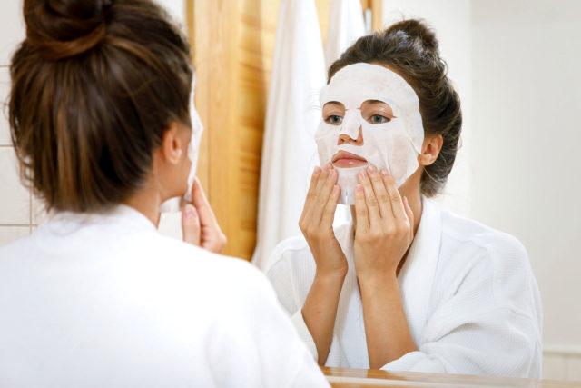 10 лучших масок для лица; как правильно наносить маску на лицо: как часто их можно делать, кисточка и шпатель для нанесения, со скольки лет можно пользоваться, сколько держать на лице; в какое время лучше делать; что делать, если появилась аллергия и ожог