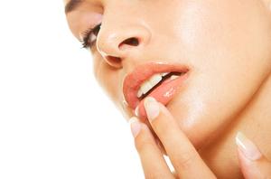 Шелушатся губы: что делать, если трещина и чем мазать, если трескаются, сохнут, мазь и крем от сухости