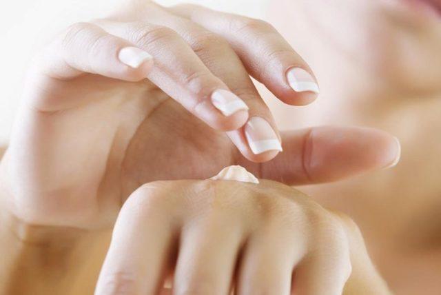 Шелушатся пальцы на руках: почему облезает кожа подушечек, причины у женщин, от чего шелушение и сухость кончиков у взрослых