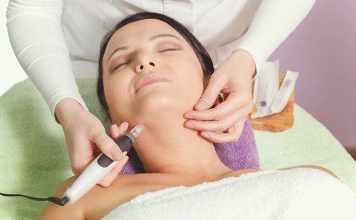Как убрать морщины на шее: как избавиться массажем зоны декольте в домашних условиях, как бороться упражнениями, масками