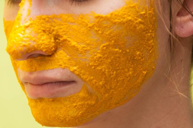 Куркума для лица: отзывы о маске от морщин в косметологии, со сметаной для отбеливания кожи и от пигментных пятен в домашних условиях