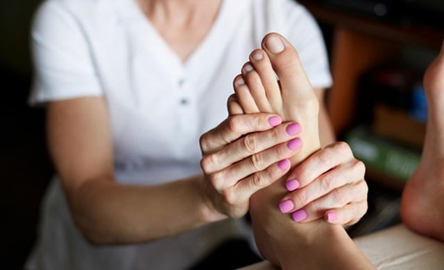 Массаж стоп: как правильно делать рефлекторный для ступней, польза и вред для ног, массажные точки самому себе, чем полезен для женщин