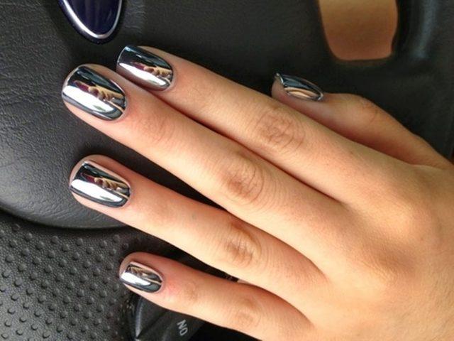 Зеркальный лак для ногтей: серебряное покрытие гелем металлик, металлический переливающийся хром, маникюр с золотым глянцевым шеллаком