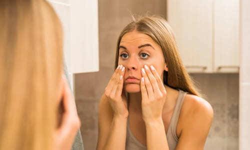 Почему мешки под глазами у женщин: о чем говорят утром, причины