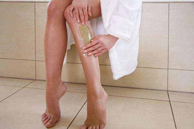 Эпиляция воском дома: как правильно делать депиляцию в домашних условиях, как сделать восковую эпиляцию, удалять, эпилировать ноги