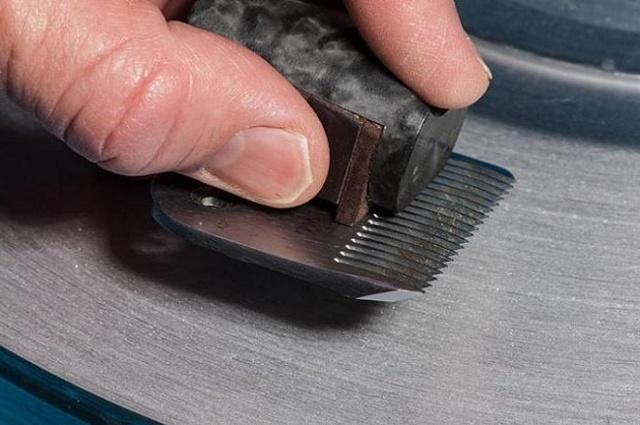 Заточка ножей для машинки для стрижки волос: как настроить, как смазывать лезвия, как заточить, смазка, как собрать