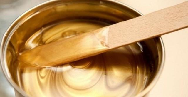 Рецепты воска для депиляции в домашних условиях и какие ингредиенты входят в состав: пчелиный воск, пальмовый, канифоль и парафин; способы растапливания домашнего воска - водяная баня, микроволновка, воскоплав; как убрать смесь с тела после депиляции