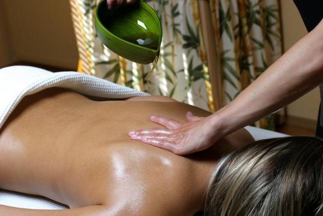 Масло для эротического массажа, для интимных зон девушке, применение массажера и возбуждающего миндального и виноградного аромамасла