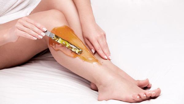 Шугаринг ног полностью: сколько держится после первого раза, по времени делается зона