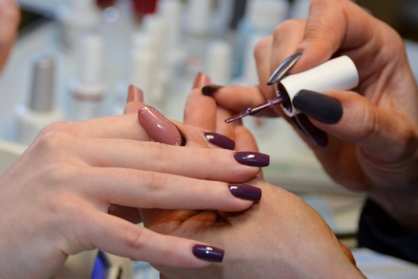 Лучшие гель-лаки для ногтей: какой лучше, отзывы мастеров-профессионалов о хороших фирмах, самый качественный для домашнего применения